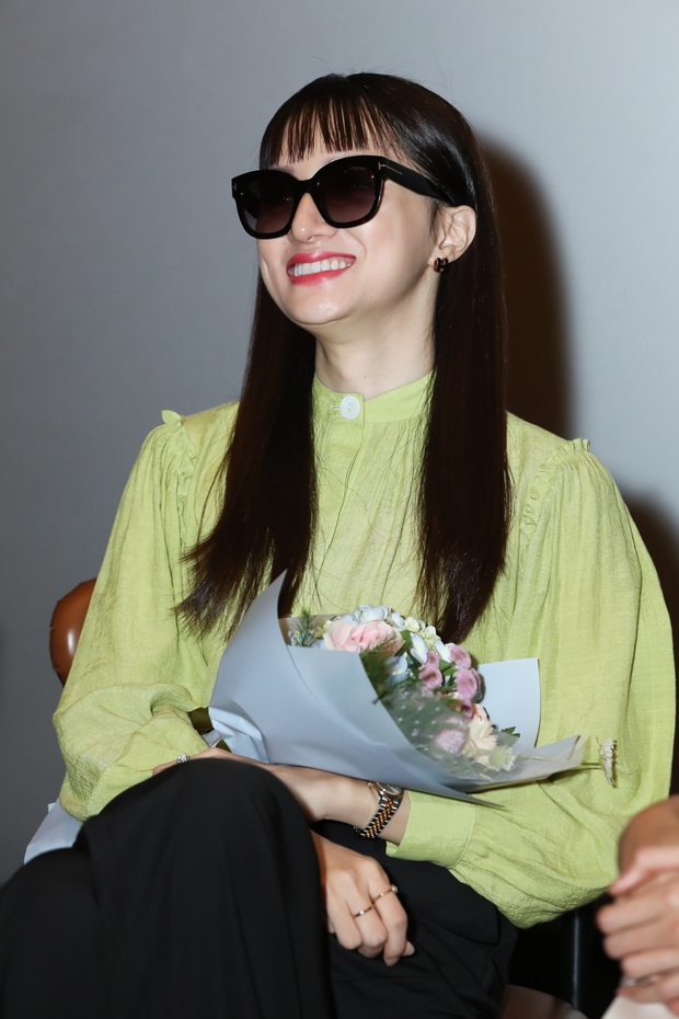 Võ Hoàng Yến sexy quyền lực, Hương Giang đeo kính đen, cần người dìu vào họp báo - Ảnh 3.
