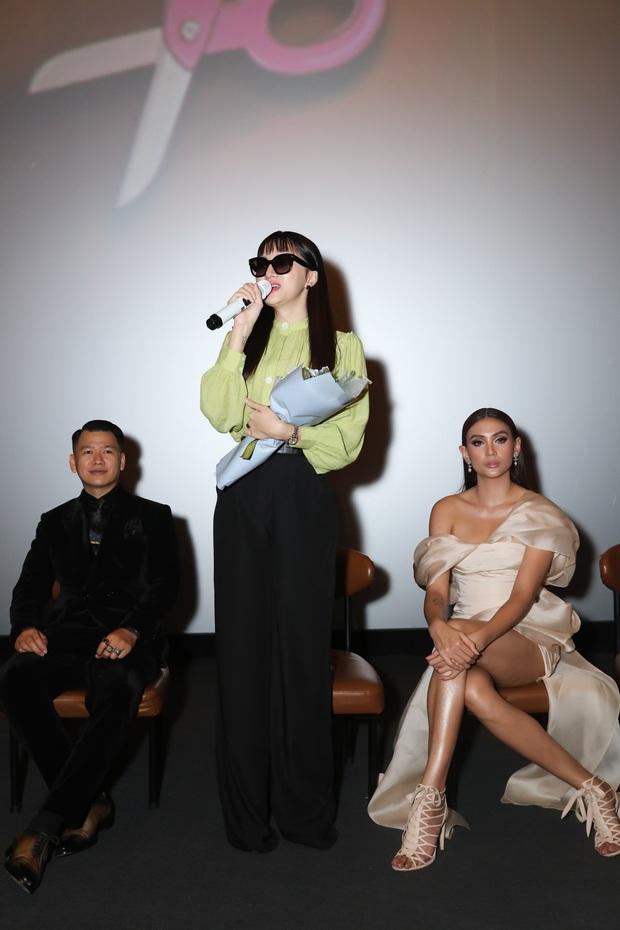 Võ Hoàng Yến sexy quyền lực, Hương Giang đeo kính đen, cần người dìu vào họp báo - Ảnh 4.