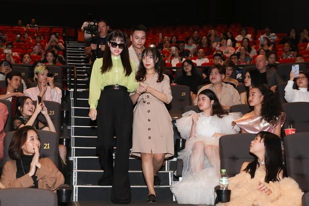 Võ Hoàng Yến sexy quyền lực, Hương Giang đeo kính đen, cần người dìu vào họp báo - Ảnh 5.