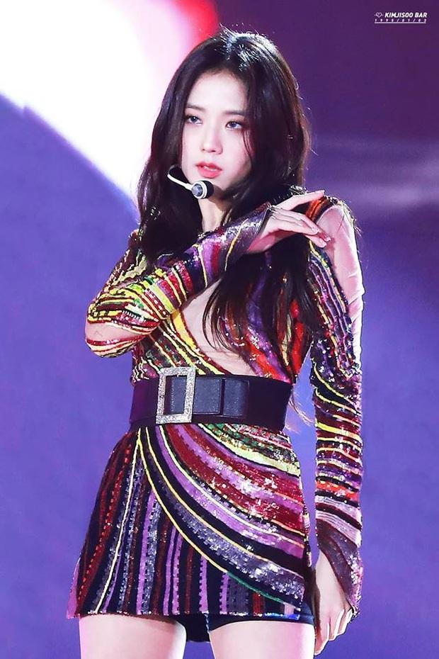 Loạt sân khấu có outfit gây bão của Jisoo (BLACKPINK): Phô diễn thần thái khi thực hiện vũ đạo, giúp chính chủ all-kill mọi concept từ girlcrush tới bánh bèo - Ảnh 7.