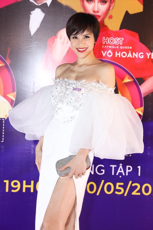 Võ Hoàng Yến sexy quyền lực, Hương Giang đeo kính đen, cần người dìu vào họp báo - Ảnh 17.