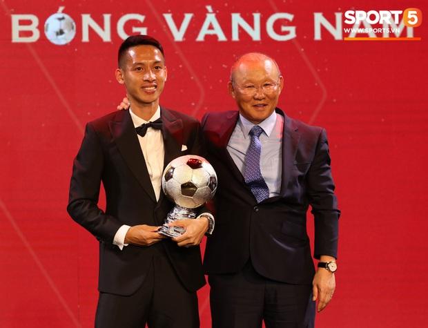 Vượt qua đàn em Quang Hải, Hùng Dũng giành Quả Bóng Vàng Việt Nam 2019 - Ảnh 4.