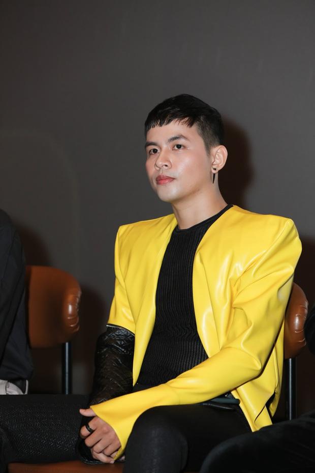 Võ Hoàng Yến sexy quyền lực, Hương Giang đeo kính đen, cần người dìu vào họp báo - Ảnh 8.