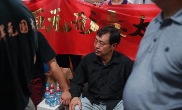 Võ sư Trung Quốc bị vạch trần bí mật đằng sau màn biểu diễn kim cương bất hoại - Ảnh 2.