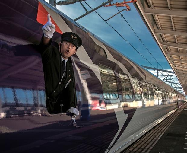 Người lái tàu điện tại Nhật Bản có một thói quen ai nhìn cũng tưởng bất lịch sự, nhưng thực chất mục đích phía sau thì cực kỳ quan trọng - Ảnh 2.