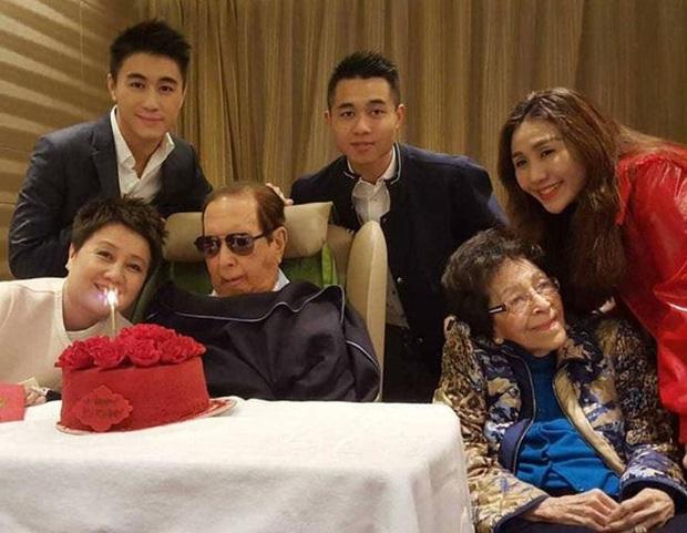 Hậu cung 3 bà vợ, 14 người con và gia sản 1,5 triệu tỷ đồng sau khi trùm sòng bạc Macau 98 tuổi vừa qua đời - Ảnh 8.