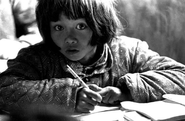 Hình ảnh cô bé nghèo có đôi mắt to từng lay động trái tim người Trung Quốc, 26 năm sau định mệnh thay đổi cuộc đời cô vì bức ảnh này - Ảnh 2.