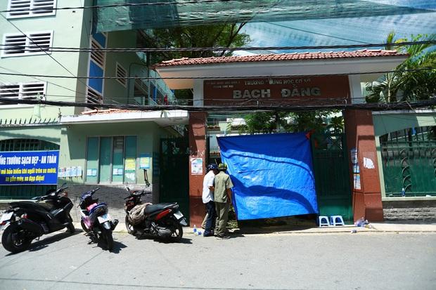 Cận cảnh gốc phượng vĩ mục ruỗng đổ gãy đè 13 học sinh thương vong ở Sài Gòn - Ảnh 9.
