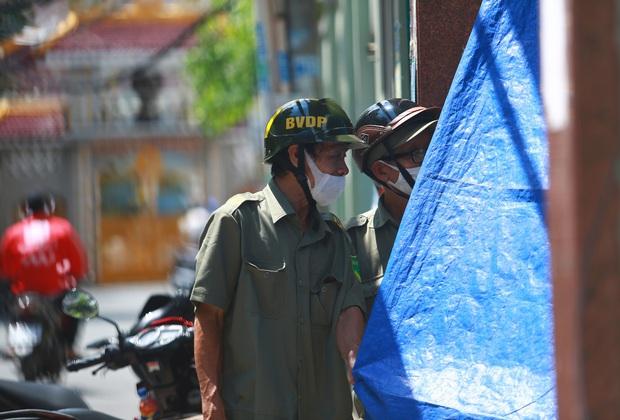 Cận cảnh gốc phượng vĩ mục ruỗng đổ gãy đè 13 học sinh thương vong ở Sài Gòn - Ảnh 10.