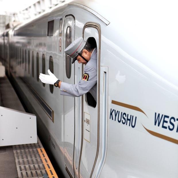Người lái tàu điện tại Nhật Bản có một thói quen ai nhìn cũng tưởng bất lịch sự, nhưng thực chất mục đích phía sau thì cực kỳ quan trọng - Ảnh 3.