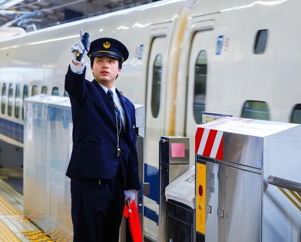 Người lái tàu điện tại Nhật Bản có một thói quen ai nhìn cũng tưởng bất lịch sự, nhưng thực chất mục đích phía sau thì cực kỳ quan trọng - Ảnh 4.
