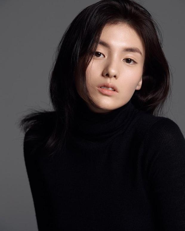Thánh nữ trà sữa Kim Young Ji của Quân Vương Bất Diệt: Nhan sắc lai tây thượng thừa hớp hồn loạt mĩ nam Kbiz - Ảnh 2.