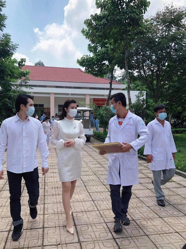 Đang bầu bì tháng thứ 4, Đông Nhi vẫn cùng Ông Cao Thắng đi bệnh viện Dã Chiến Củ Chi thăm hỏi đội ngũ y bác sĩ - Ảnh 3.
