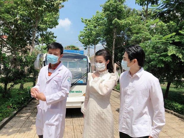Đang bầu bì tháng thứ 4, Đông Nhi vẫn cùng Ông Cao Thắng đi bệnh viện Dã Chiến Củ Chi thăm hỏi đội ngũ y bác sĩ - Ảnh 2.