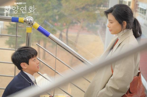 Cũng ly hôn như bà cả Thế Giới Hôn Nhân nhưng cách Lee Bo Young (Khi Tình Yêu Nở Rộ) dạy con lại khiến dân tình nể phục - Ảnh 8.
