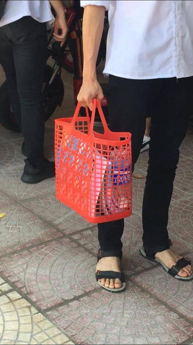 Nam sinh mượn giỏ đi chợ huyền thoại của mẹ làm cặp sách đến trường: Độc đáo, chịu chơi chẳng ai bằng! - Ảnh 1.