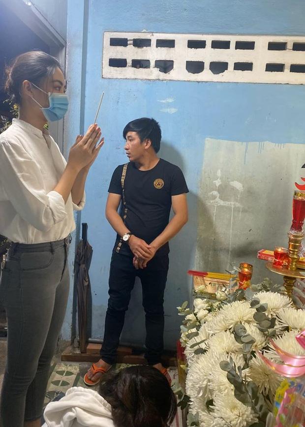 Ốc Thanh Vân xót xa, Lương Thuỳ Linh đến viếng và dành điều đặc biệt cho gia đình bé trai tử vong vì cây phượng bật gốc - Ảnh 2.