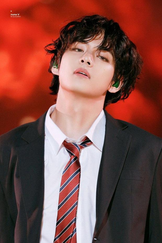 Netizen sốc và tranh cãi kịch liệt khi nghe V (BTS) hát nốt cao: Không tin nổi đây là ca sĩ, van xin anh chàng hát đúng sở trường - Ảnh 4.