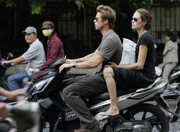 Netizen xôn xao vì ảnh Angelina Jolie - Brad Pitt vi vu ở TP.HCM 14 năm trước, choáng trước nhan sắc cặp đôi ngoài đời - Ảnh 4.