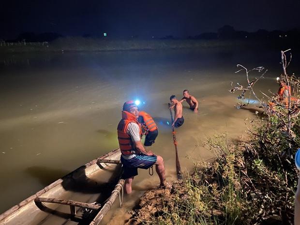 Trắng đêm nỗ lực tìm kiếm nam sinh 15 tuổi bị đuối nước tại sông Yên - Ảnh 1.