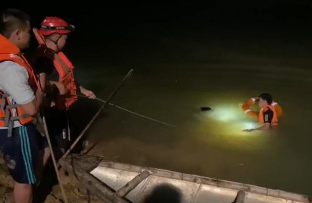 Trắng đêm nỗ lực tìm kiếm nam sinh 15 tuổi bị đuối nước tại sông Yên - Ảnh 2.
