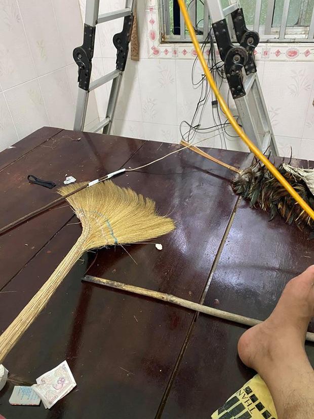 Gọi thợ đến sửa điều hòa hỏng, gia chủ ở Long An kinh hãi khi thấy búi rắn làm tổ bên trong - Ảnh 3.