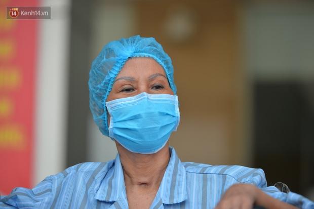 Bác gái bệnh nhân 17 xúc động khi được công bố khỏi bệnh: Tôi đã được cứu sống lần thứ 2 - Ảnh 2.