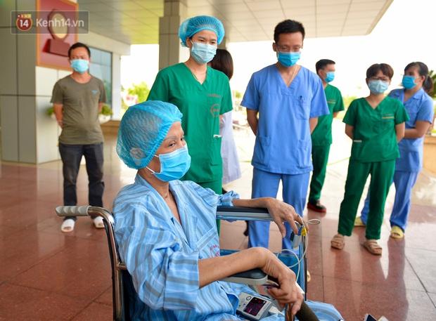 Bác gái bệnh nhân 17 xúc động khi được công bố khỏi bệnh: Tôi đã được cứu sống lần thứ 2 - Ảnh 4.