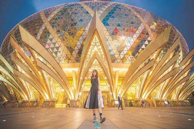 """Cận cảnh công trình để đời nhất của """"ông trùm"""" sòng bạc Macau vừa qua đời: Toà nhà hình búp sen vàng khổng lồ, hình check-in ngập tràn MXH - Ảnh 18."""