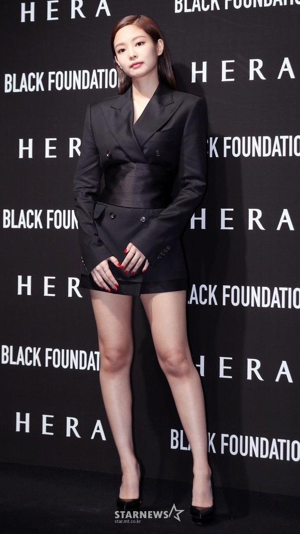 Diện áo giống Park Min Young, Jennie mạnh dạn bỏ luôn quần cho sexy nhưng lại thua đàn chị ở thần thái tổng tài quyền lực - Ảnh 2.