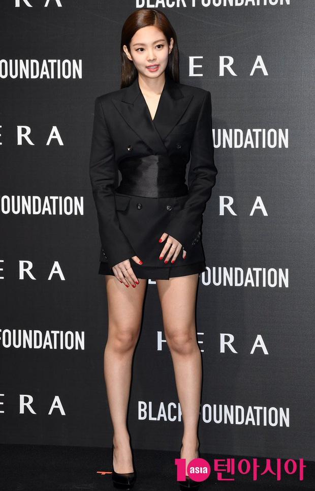 Diện áo giống Park Min Young, Jennie mạnh dạn bỏ luôn quần cho sexy nhưng lại thua đàn chị ở thần thái tổng tài quyền lực - Ảnh 1.