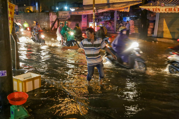 Ảnh: Mưa xối xả hơn 30 phút, nhiều tuyến đường ở Sài Gòn ngập như sông, hàng quán đóng cửa sớm - Ảnh 1.