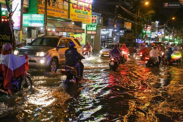 Ảnh: Mưa xối xả hơn 30 phút, nhiều tuyến đường ở Sài Gòn ngập như sông, hàng quán đóng cửa sớm - Ảnh 2.