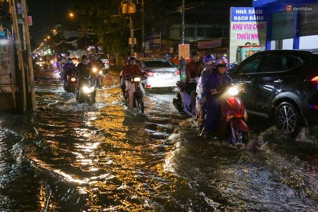 Ảnh: Mưa xối xả hơn 30 phút, nhiều tuyến đường ở Sài Gòn ngập như sông, hàng quán đóng cửa sớm - Ảnh 3.