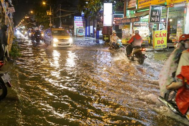Ảnh: Mưa xối xả hơn 30 phút, nhiều tuyến đường ở Sài Gòn ngập như sông, hàng quán đóng cửa sớm - Ảnh 4.