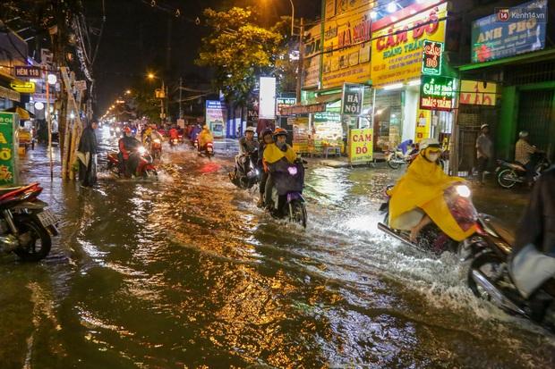 Ảnh: Mưa xối xả hơn 30 phút, nhiều tuyến đường ở Sài Gòn ngập như sông, hàng quán đóng cửa sớm - Ảnh 5.