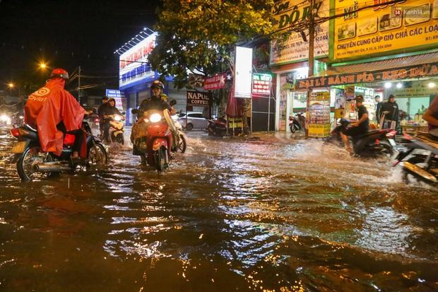 Ảnh: Mưa xối xả hơn 30 phút, nhiều tuyến đường ở Sài Gòn ngập như sông, hàng quán đóng cửa sớm - Ảnh 6.