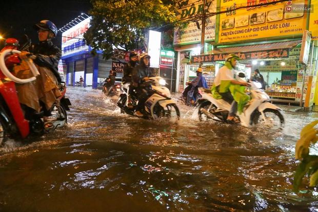 Ảnh: Mưa xối xả hơn 30 phút, nhiều tuyến đường ở Sài Gòn ngập như sông, hàng quán đóng cửa sớm - Ảnh 12.