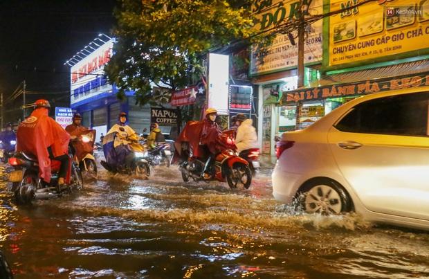 Ảnh: Mưa xối xả hơn 30 phút, nhiều tuyến đường ở Sài Gòn ngập như sông, hàng quán đóng cửa sớm - Ảnh 7.