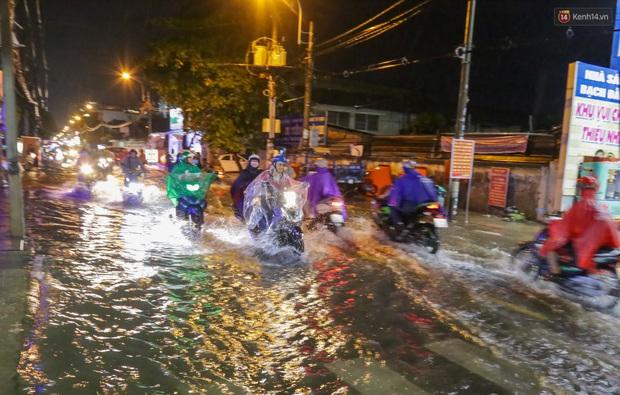 Ảnh: Mưa xối xả hơn 30 phút, nhiều tuyến đường ở Sài Gòn ngập như sông, hàng quán đóng cửa sớm - Ảnh 8.