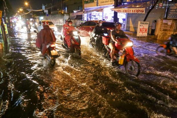 Ảnh: Mưa xối xả hơn 30 phút, nhiều tuyến đường ở Sài Gòn ngập như sông, hàng quán đóng cửa sớm - Ảnh 9.