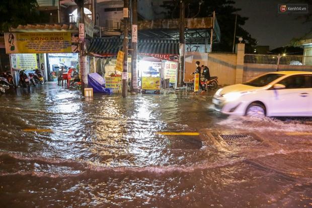 Ảnh: Mưa xối xả hơn 30 phút, nhiều tuyến đường ở Sài Gòn ngập như sông, hàng quán đóng cửa sớm - Ảnh 10.