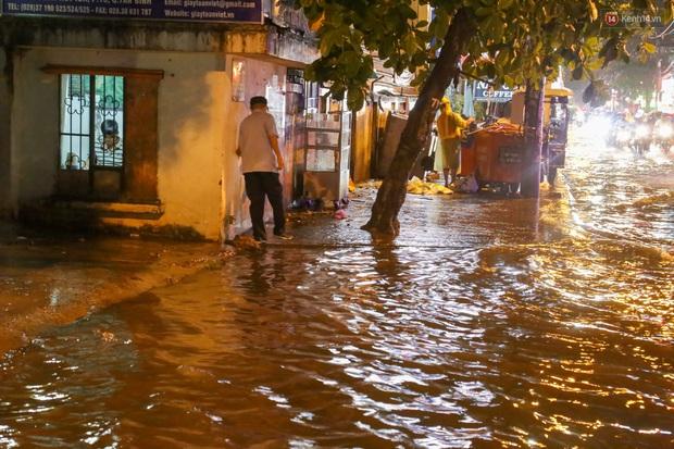 Ảnh: Mưa xối xả hơn 30 phút, nhiều tuyến đường ở Sài Gòn ngập như sông, hàng quán đóng cửa sớm - Ảnh 11.