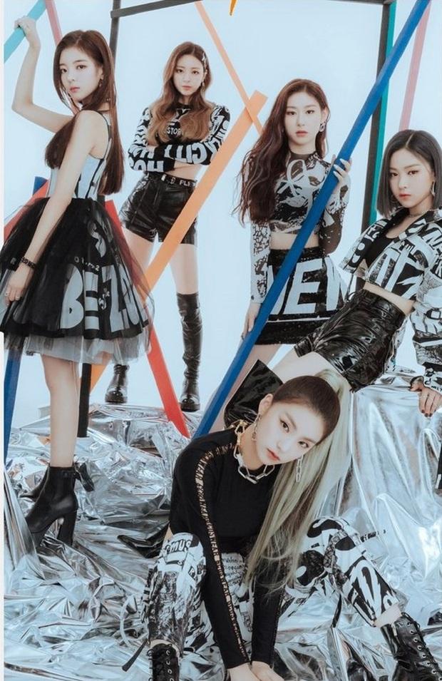 JYP tung ảnh coming soon cho ITZY, netizen đoán ngay ra là nhá hàng lightstick nhưng không thể không chê: Nhìn như robot dọn nhà? - Ảnh 8.