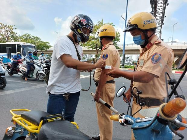 Xuống xe dắt bộ khi thấy Cảnh sát giao thông, vẫn bị xử phạt nếu mắc lỗi - Ảnh 1.