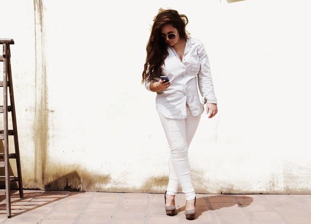 Không phải cứ jeans trắng là giúp nâng tầm style, bạn chọn dáng quần này thì mọi nhược điểm đôi chân sẽ bị tố sạch - Ảnh 1.
