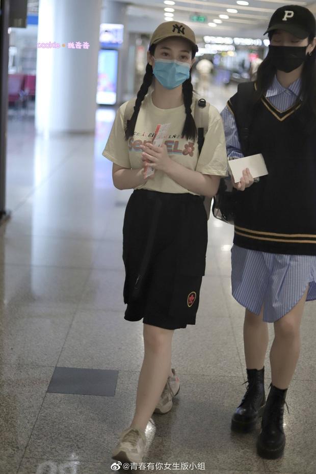 Dàn học trò bị loại của Lisa đổ bộ sân bay: Ai cũng khác lạ, 109 cô gái chuẩn bị bùng nổ đêm chung kết Thanh Xuân Có Bạn - Ảnh 27.