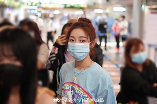 Dàn học trò bị loại của Lisa đổ bộ sân bay: Ai cũng khác lạ, 109 cô gái chuẩn bị bùng nổ đêm chung kết Thanh Xuân Có Bạn - Ảnh 25.