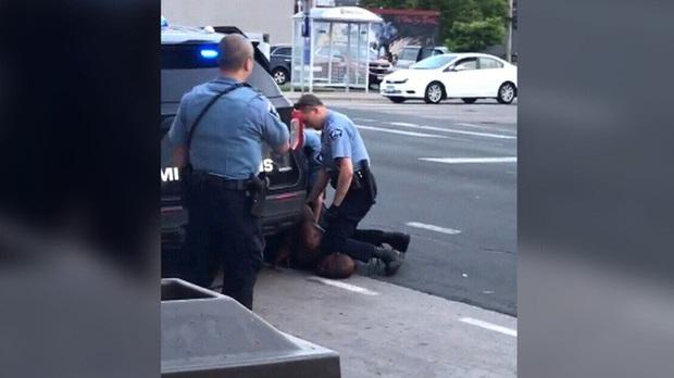 Mỹ: Bị cảnh sát da trắng lấy đầu gối chẹt cổ, người đàn ông da màu tử vong - Ảnh 1.
