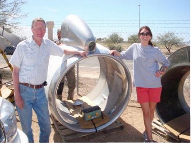Thấy trời nóng quá, hai bố con chế động cơ Boeing 707 thành ghế kèm quạt gió siêu to khổng lồ - Ảnh 1.